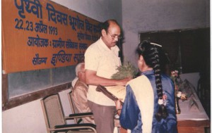 Presenting bouquet to Prof. Jagdish Singh by Late smt. Ragini Singh