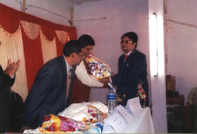 Dr. Uma Shankar Singh presenting bouquet to Chief Guest in 19th National Prithvi Parv